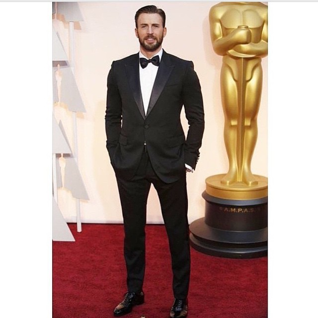 El guapo #ChrisEvans en el #RedCarpet #oscars #oscars2015 #RocketMagazine #menswear